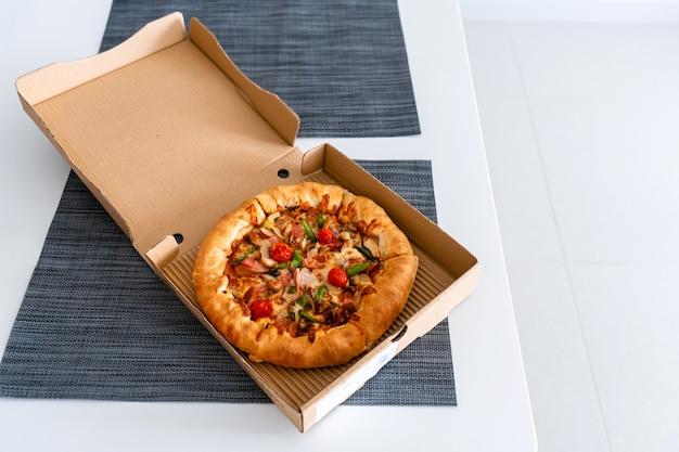 Pizza pour une personne. mini pizza dans une boîte. livraison de nourriture.