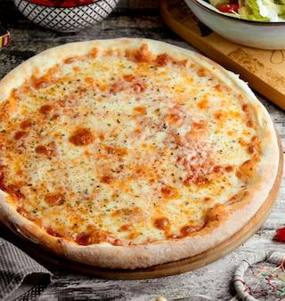 Pizza quatre fromages sur la table