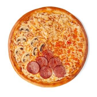 Pizza avec quatre garnitures. cervelat épicé, poulet juteux, tomates, fromage mozzarella, champignons, sauce tomate. vue d'en-haut. fond blanc. isolé.