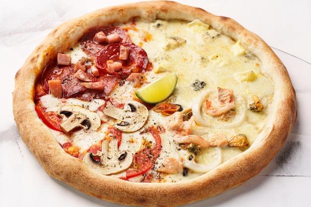 Pizza quatre saisons au pepperoni italien jambon champignons saumon thon moules calmar fromage brie dorblu fromage mozzarella fromage parmesan sauce tomate citron vert