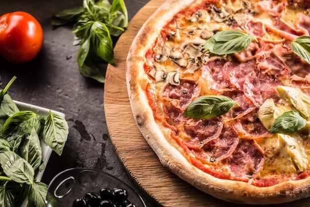 Pizza quatro stagioni repas italien traditionnel des quatre saisons avec artichauts et champignons