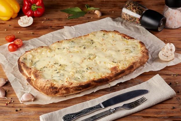 Pizza romaine, variante de pizza italienne classique, fond en bois