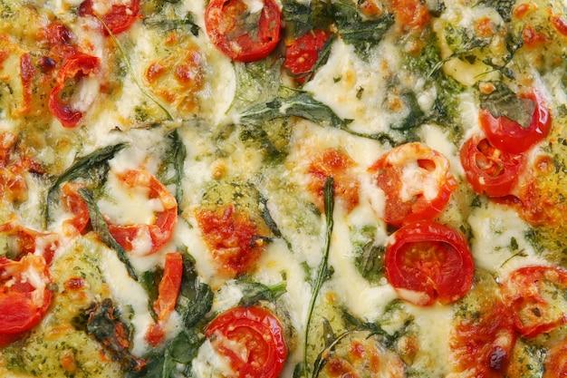 Pizza salami savoureuse et fraîche