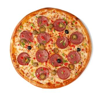 Pizza à la sauce piquante. dans le cadre du salami, piment cholapeno, fromage mozzarella. vue d'en-haut. fond blanc. isolé.