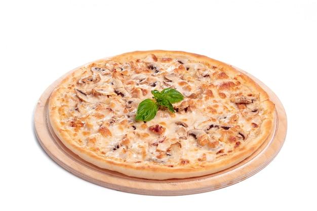 Pizza savoureuse est isolé sur blanc