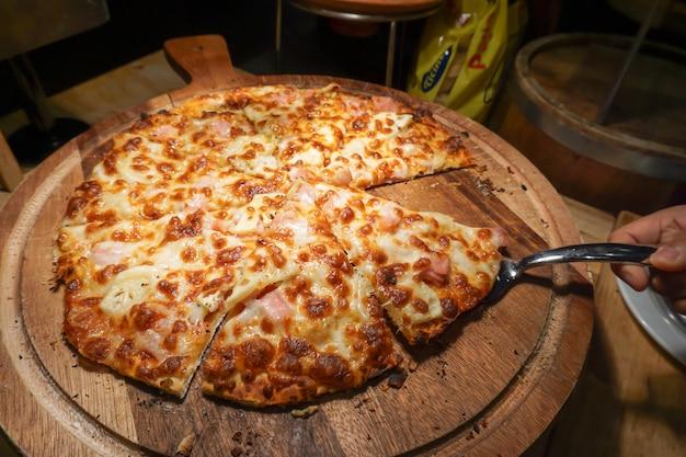 Pizza servie dans un restaurant