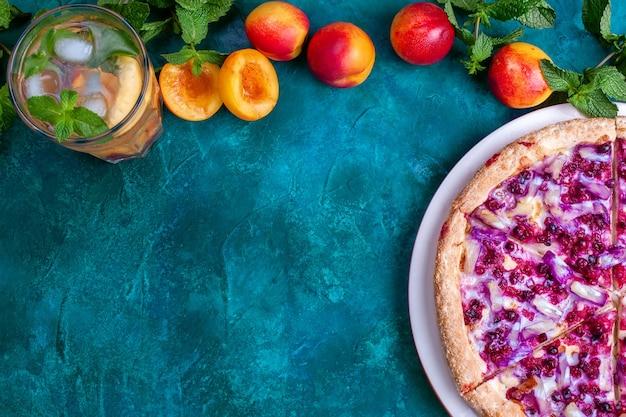 Pizza sucrée aux fruits avec limonade nectarine