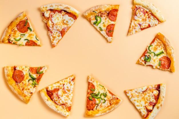 Pizza tranchée sous forme de cadre