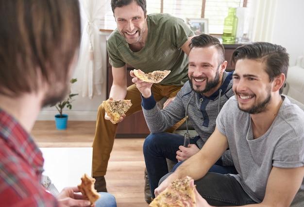 Pizza très savoureuse mangée en compagnie d'amis