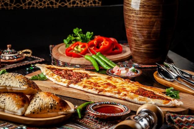 Pizza turque pita avec une farce différente.