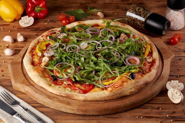 Pizza, variante de pizza italienne classique, fond en bois