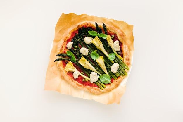 Pizza vegan aux asperges et artichauts