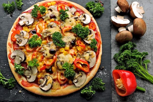 Pizza végétalienne aux champignons, légumes et herbes. régime céto. régime pegan.