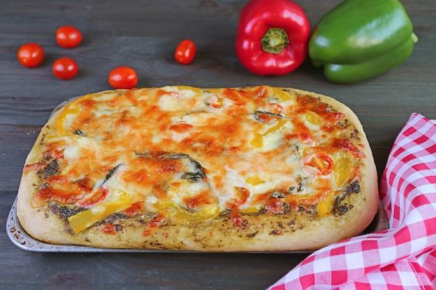 Pizza végétarienne délicieuse maison fraîchement cuite au pesto au fromage et au fromage sur la table