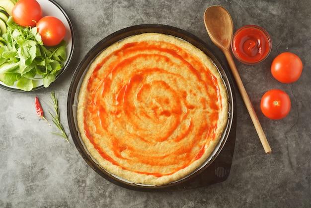 Pizza végétarienne. processus de cuisson de pizza maison aux légumes.