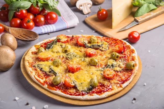 Pizza végétarienne rapide aux champignons sur une table grise