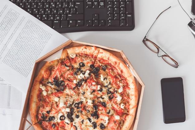 Pizza végétarienne sur la table de bureau