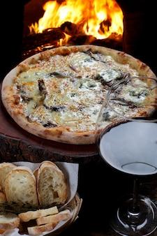 Pizza avec verre de vin rouge