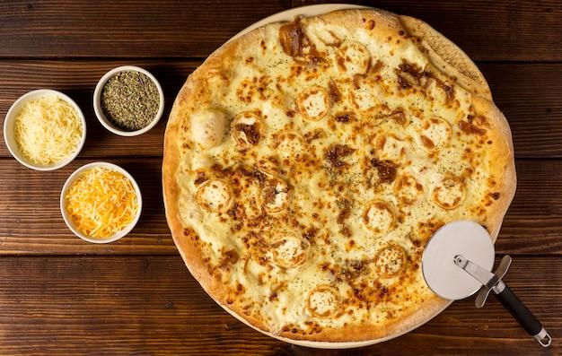 Pizza vue de dessus avec fromage et herbes séchées