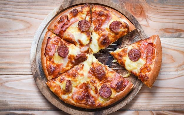 Pizza sur la vue de dessus de plateau en bois