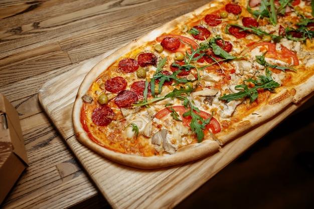 Pizza sur la vue de dessus de table en bois. fast food.