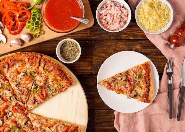Pizza vue de dessus avec tranche de poivron rouge sur assiette