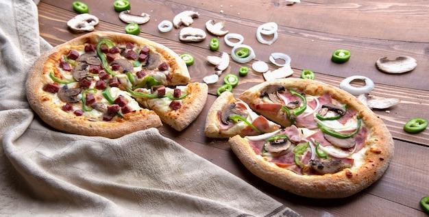 Pizzas avec des ingrédients mélangés
