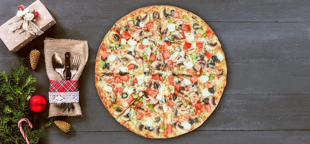 Pizzas de noël. concept de stock de pizza et de vente pendant les vacances de noël et du nouvel an