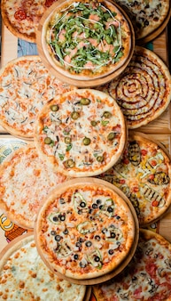 Pizzas sur la table