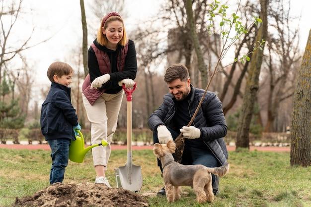 Placage familial ensemble dans le sol à l'extérieur