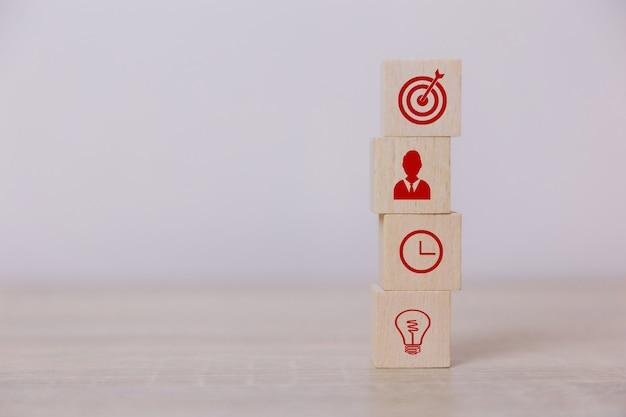 Place des blocs de bois concept de service d'entreprise à succès planification de la stratégie commerciale pour la victoire sur le marché.