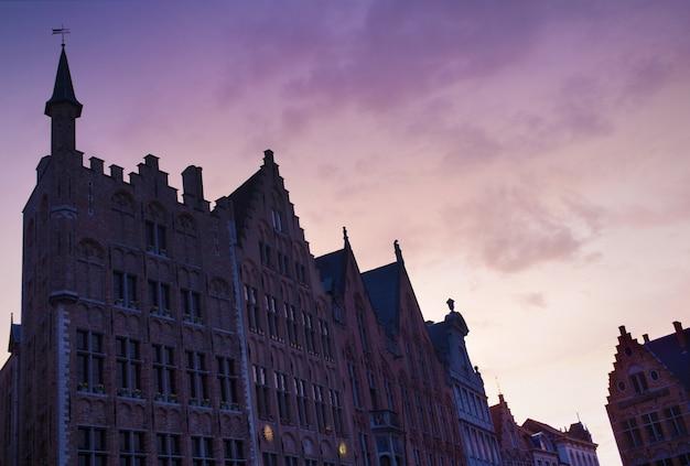 Place burg avec l'hôtel de ville sur synset, bruges, belgique