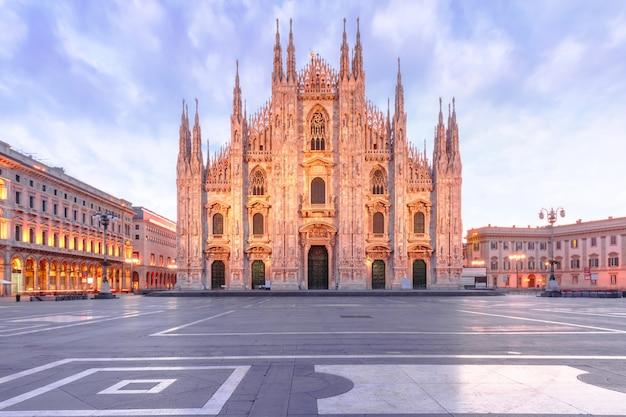 Place de la cathédrale avec la cathédrale de milan en italie