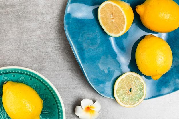 Place de citrons sur fond en bois
