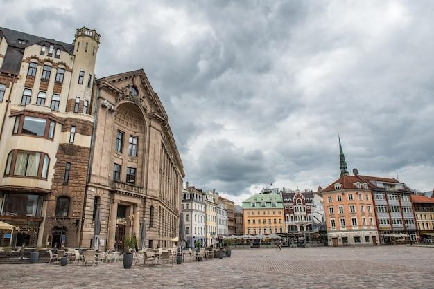 Place du dôme avec cafés et restaurants dans la vieille ville de riga, lettonie