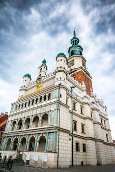 Place du marché central à poznan, pologne