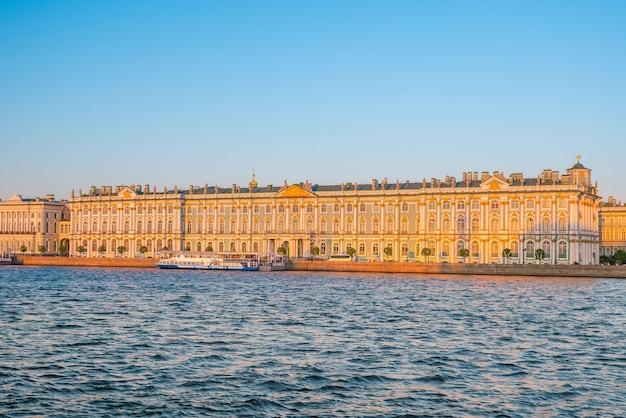 Place du palais d'hiver à saint-pétersbourg, russie au coucher du soleil