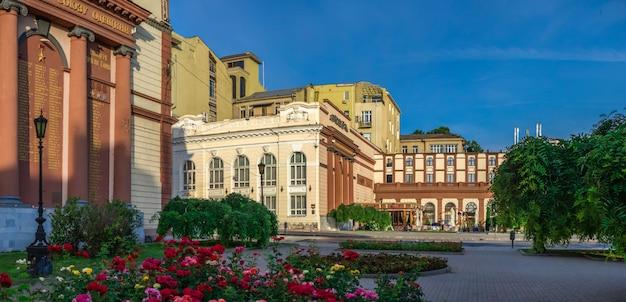Place du théâtre et bâtiments historiques à odessa