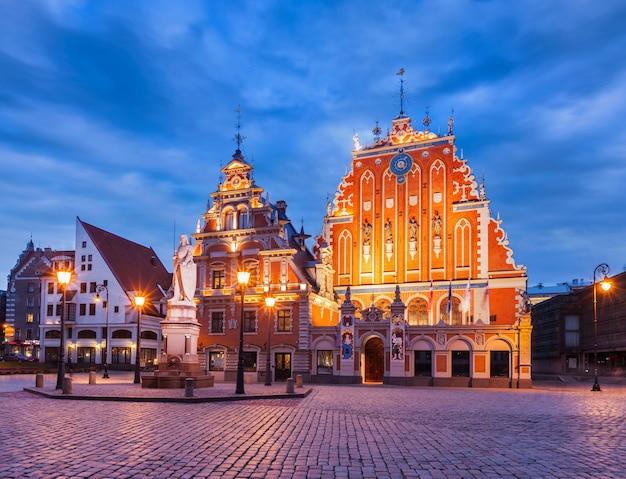 Place de la mairie de riga, maison des points noirs et église saint-pierre