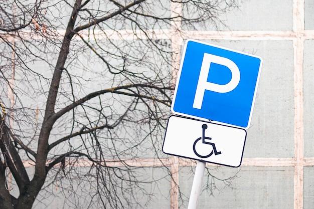 Place de parking pour conducteurs handicapés en zone résidentielle