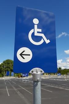 Place de parking réservée aux personnes handicapées