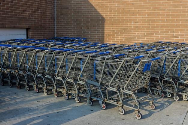 Place pour caddies d'épicerie chariots debout près de l'hypermarché