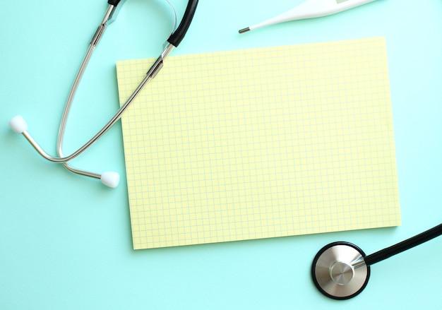 Place pour l'inscription dans le cahier jaune, qui se trouve à côté du stéthoscope sur fond bleu.