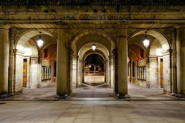 Place principale de burgos avec la façade en arcades de la mairie la nuit. espagne europe.