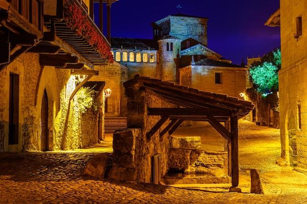 Place principale de la vieille ville avec grande église en pierre. santillana del mar, santander.