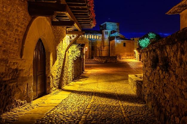 Place principale de la vieille ville la nuit avec des portes cintrées. santillana del mar, santander.