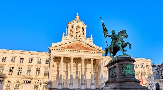 Place royale avec la statue de godefroid à bruxelles, en belgique