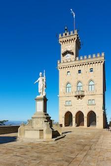 Place avec la statue de la liberté et la mairie (palazzo pubblico) de la ville de saint-marin