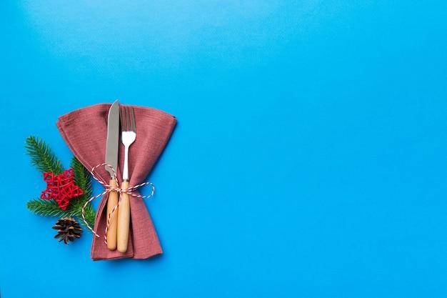 Place de table de noël avec couteau, serviette et fourchette. fond de vacances nouvel an avec espace de copie