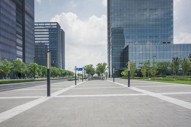 Place vide devant le bâtiment commercial de la ville